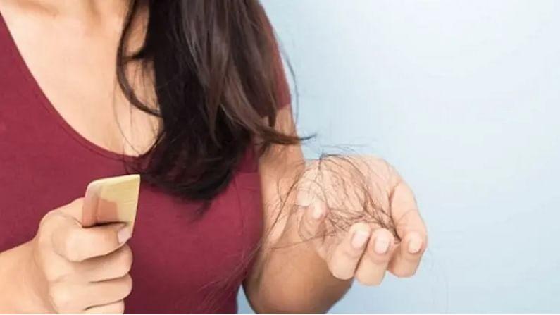 पावसाळा सुरू झाला आहे. पावसाळ्यात केस गळणे ही एक सामान्य समस्या आहे. मात्र, पावसाळ्यात केस गळतीची समस्या दूर करण्यासाठी आपण आपल्या नित्यक्रमात काही बदल केले पाहिजेत. ज्यामुळे केस गळतीची समस्या कायमची दूर होईल.