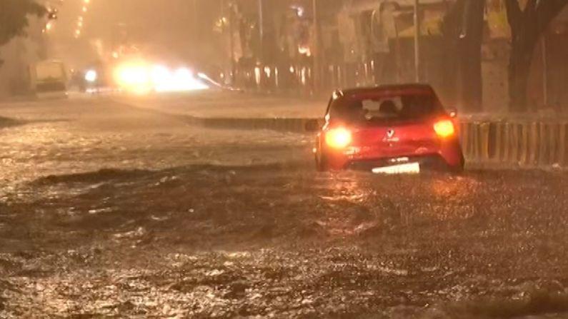 मध्यरात्रीपासून कोसळणार्या पावसामुळे रस्त्यांना नदीचं रुप आलं होतं. हिंदमाता परिसरात पाणीच पाणी साचलं आहे. पाणी तुंबल्यामुळे परिसरातील गाड्या पाण्यात गेल्या. स्टेशन परिसरातही पाणी साचलेलं पाहायला मिळालं.