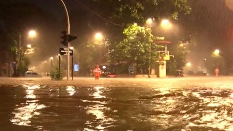 रात्रभर मुसळधार पाऊस पडत होता. त्यामुळे रस्त्यांना नद्यांचा स्वरुप आलेले पाहायला मिळालं. पावसाने अनेक ठिकाणी पाणी तुंबलं.
