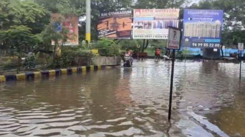 सखल भागात पाणी साचलंय. अनेक ठिकाणी गाड्या पाण्याखाली गेल्याचं पाहायला मिळालं.