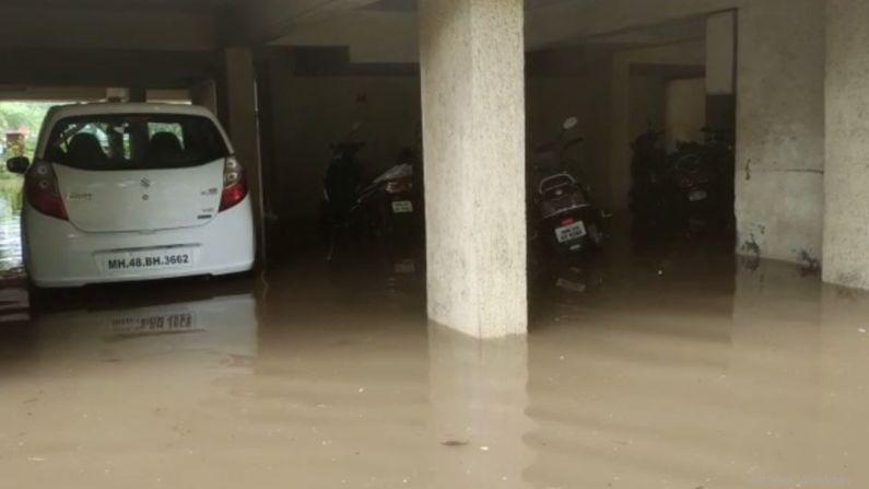 मुंबईतील काही परिसरात अनेक घरांमध्ये पावसाचं पाणी शिरलं. अनेकांना तशाच अवस्थेत रात्र काढावी लागली.