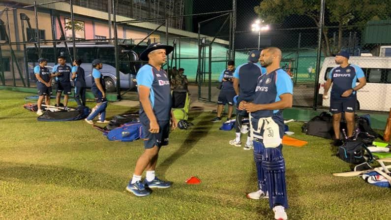भारत आणि श्रीलंका (India vs Sri Lanka) यांच्यातील पहिल्या एकदिवसीय सामन्यापूर्वी भारतीय खेळाडूंनी मैदानावर चांगलीच कसरत केली. बीसीसीआयने् (BCCI) खेळाडूंचे मैदानावरील काही फोटोज शेअर केले आहेत. वरील फोटोत सामना सुरु होण्यापूर्वी संघाचा नवनिर्वाचीत कर्णधार शिखर धवन (Shikhar Dhawan) याला मुख्य प्रशिक्षक राहुल द्रविड (Rahul Dravid) खास टीप्स देताना दिसत आहे.