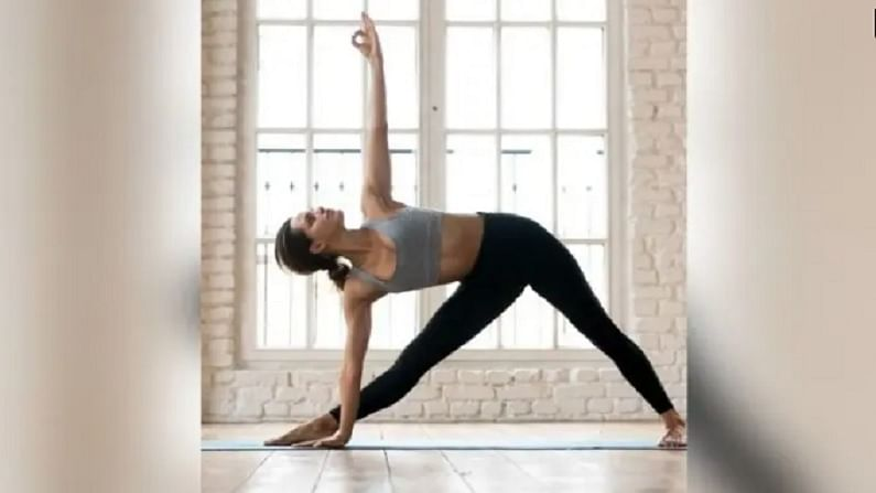 त्रिकोणासन - हे आसन पाय आणि गुडघे बळकट करण्यात मदत करते. हे पाचक प्रणाली मजबूत करते. हे मागील स्नायू बळकट करण्यात मदत करते. हे चरबी बर्न्स करते. यामुळे लठ्ठपणा कमी होऊ शकतो.