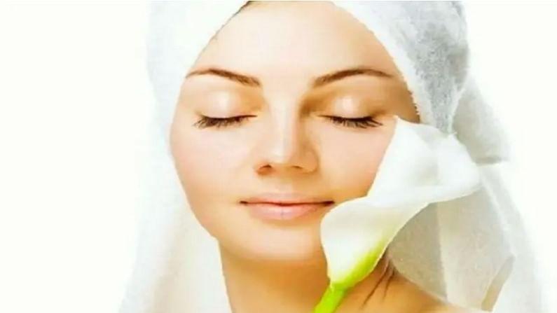 मैदा आपल्या त्वचेसाठी खूप जास्त फायदेशीर असतो. त्वचेच्या अनेक समस्या दूर करण्यासाठी आपण मैद्याचा उपयोग करू शकतो. पावसाळ्यात त्वचेला ओलावा देण्यासाठी आपण मैदा, मध आणि दुधाचा फेसपॅक लावू शकता. हे त्वचेच्या मृत पेशी स्वच्छ करते.