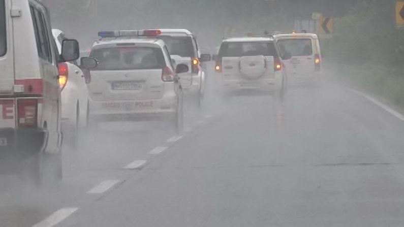 सध्या मुंबई-पुणे एक्स्प्रेस वेवर तुफान पाऊस आहे. समोरची दृष्यमानता कमी आहे. अशावेळी मुख्यमंत्री सफाईदारपणे गाडी चालवत आहेत. मुख्यमंत्र्यांसोबत पत्नी रश्मी ठाकरेही शेजारच्या सीटवर आहेत. मुख्यमंत्री उद्धव ठाकरे रात्री 9 वाजताच्या सुमारास पंढरपुरात पोहोचतील.