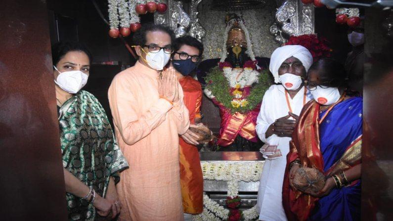 आषाढी एकादशीनिमित्त (Ashadhi Ekadashi 2021) पंढरपुरात विठ्ठल-रखुमाई यांची शासकीय महापूजा मुख्यमंत्री उद्धव ठाकरे (CM Uddhav Thackeray) आणि त्यांच्या पत्नी रश्मी ठाकरे यांच्या हस्ते संपन्न झाली.