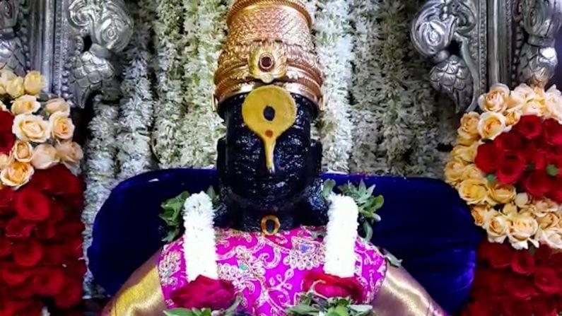 गेल्या कित्येक वर्षापासून भारत भुजबळ हेच आषाढी एकादशी दिवशी संपूर्ण मंदिरात फुलांनी सजावट करत आहेत.