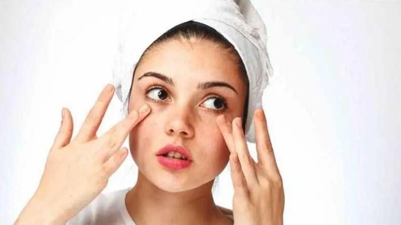 चेहऱ्यावरील मुरूमाची समस्या दूर करण्यासाठी आपण काही घरगुती उपाय देखील केले पाहिजेत. ज्यामुळे मुरूमाची समस्या दूर होण्यास मदत होईल. जर आपली त्वचा तेलकट असेल तर मुरुमांचा त्रास होऊ शकतो. शरीराला हायड्रेटेड ठेवणे हा एकमेव मार्ग आहे.