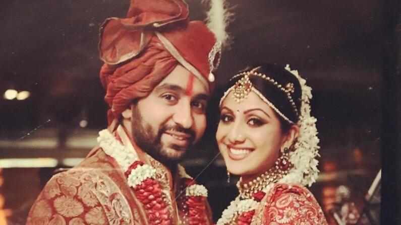 अभिनेत्री शिल्पा शेट्टी आणि राज कुंद्रा बॉलिवूडच्या प्रसिद्ध जोडप्यांपैकी एक आहेत. 2009 मध्ये दोघं लग्नाच्या बंधनात अडकले होते आणि आता त्यांना दोन मुलंही आहेत. लग्नाला अनेक वर्षे झाली आहेत, मात्र दोघांमधील प्रेम अजूनही पूर्वीसारखेच आहे.