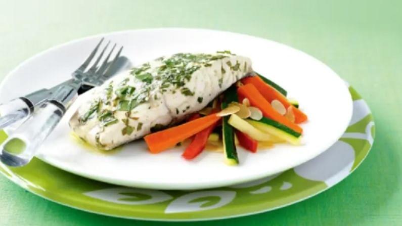 सी फूड - पावसाळ्यात हंगामात पाणी लवकर दूषित होते. मासे, कोळंबी वगैरे खाणे टाळा. बर्याच वेळा, सी फूड व्यवस्थित धुवून आणि शिजवल्यानंतरही संसर्ग होण्याचा धोका असतो. म्हणूनच, जर आपल्याला या हंगामात मांसाहार खायचा असेल तर आपण चिकन आणि मटण खाऊ शकता.