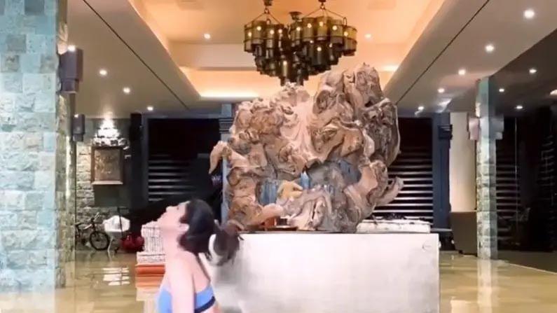 शिल्पा शेट्टी नेहमी तिच्या योगाचे व्हिडीओ शेअर करत असते, ज्यात चाहत्यांना तिच्या लक्झरी घराची झलक पाहायला मिळते.