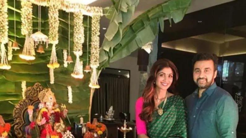 शिल्पा शेट्टी विघ्नहर्ता गणपतीची मोठी भक्त आहेत. ती दरवर्षी तिच्या घरी गणपती आणते आणि घरातील मंदिर खूप सुंदर सजवते.