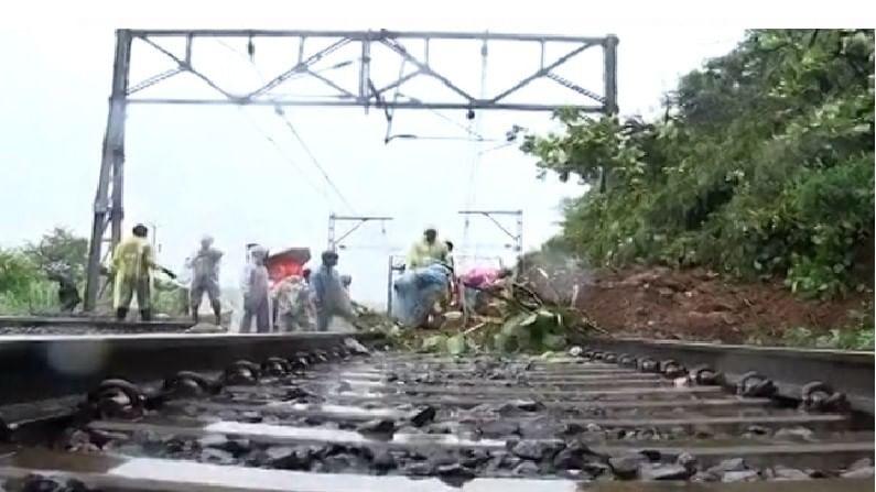 कसारा घाटामध्ये इगतपुरीजवळ रेल्वे ट्रॅकवर दरड कोसळल्यामुळे नाशिक-मुंबई दरम्यान रेल्वे वाहतूक रद्द करण्यात आलेली आहे.
