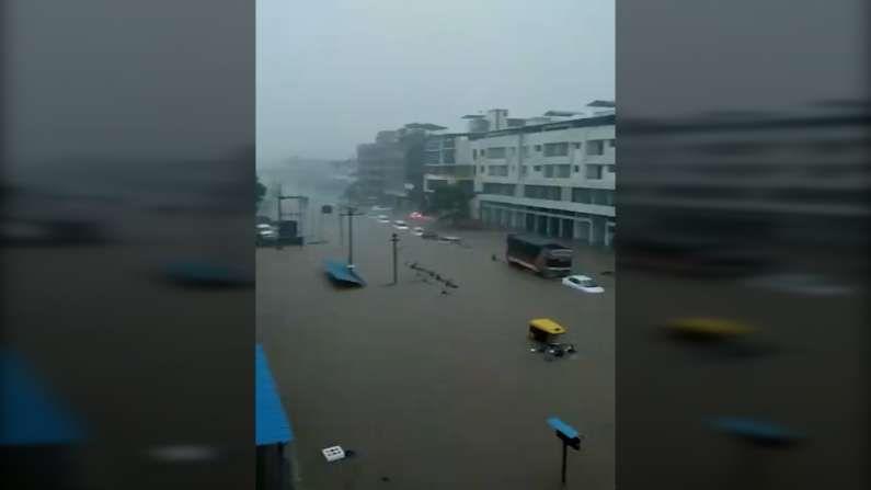 तर शहरातील ब्रिटिशकालीन बहादूर शेख पूल वाहतुकीसाठी बंद करण्यात आला आहे. अनेक घरांमध्ये छपरापर्यंत पाणी आल्याने शेकडो लोक पाण्यात अडकले आहेत.