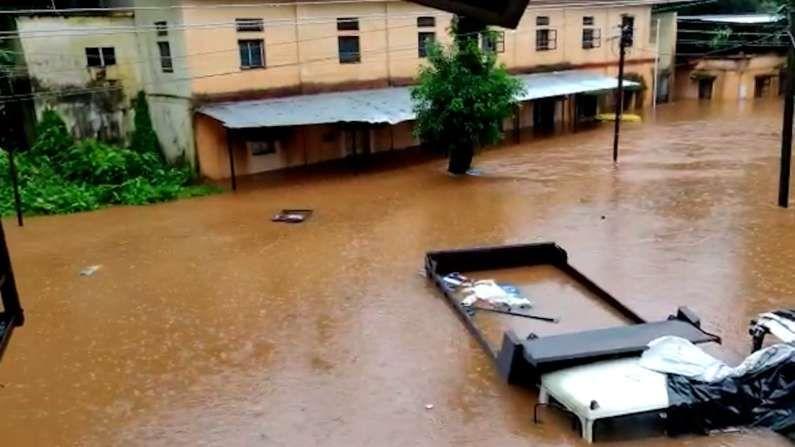 चिपळूण शहरातील जुना बाजार पूल आणि नवा पूल हे पूर्ण पाण्याखाली गेले असून दिसेनासे झाले आहेत. रात्रभर मोठ्या प्रमाणात पाऊस पडल्याने याशिवाय कुंभार्ली घाट माथ्यापासून मोठ्या प्रमाणात पाऊस सुरू असल्याने पाणी शहरात आले आहे.