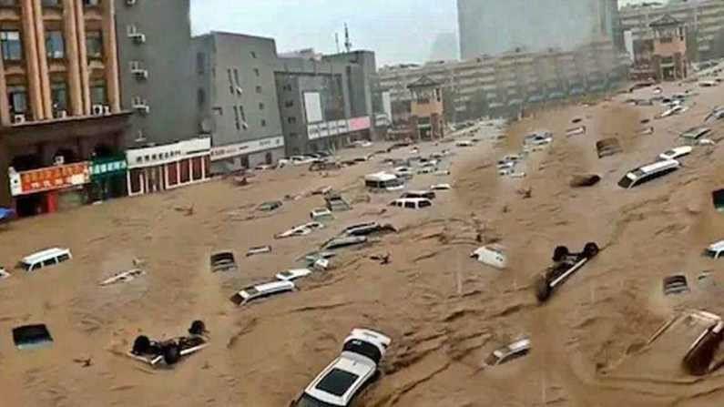 चीनमध्ये रेल्वेत पाणी घुसलंय. अनेक ठिकाणी कार पाण्यात तरंगताना दिसत आहेत. लोकांना वाचवण्यासाठी अक्षरशः सैन्याला बोलावण्याची वेळ आलीय. त्याचे फोटोही व्हायरल होत आहेत.