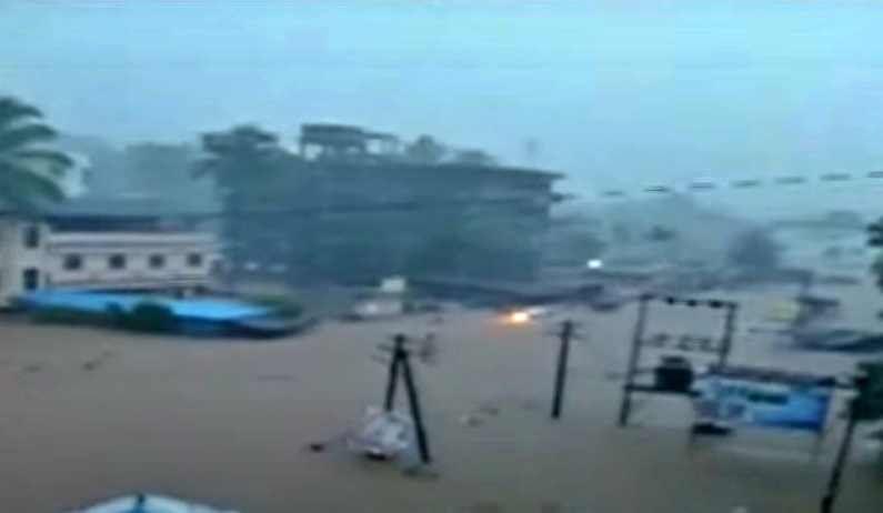 रत्नागिरी जिल्ह्याच्या चिपळूण शहरामध्ये काल रात्रीपासून मुसळधार पडणाऱ्या पावसाने संपूर्ण शहर पाण्यात गेलं आहे.