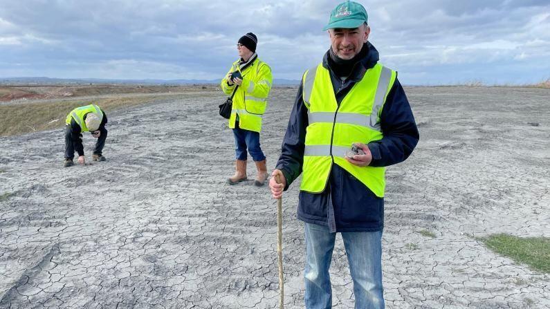 हा खजाना म्हणजे दुसरं तिसरं काही नसून अंतराळातून पृथ्वीवर पडलेला उल्कापात आहे. हा जुना दगड जवळपास 300 ग्रॅम वजनाचा आहे. तो इंग्लंडमधील ग्लोस्टशायरच्या एका गावात सापडला.
