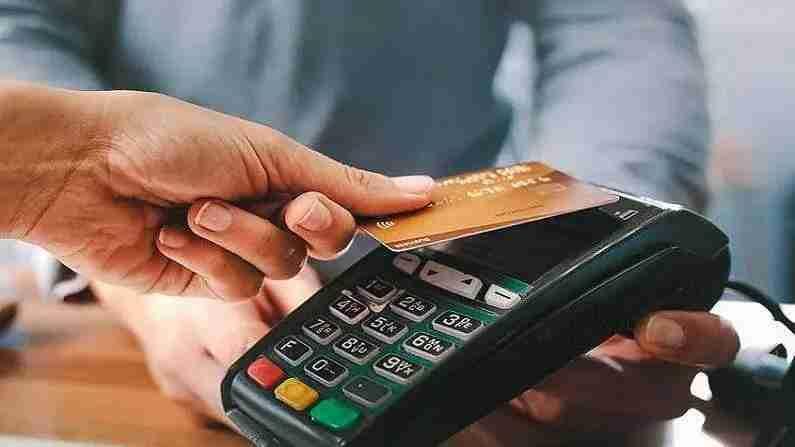 व्यवहार कसे केले जातात - हे SBI Card Pay द्वारे केले जाते, या सिस्टममध्ये आपल्याला कार्ड ठेवण्याची देखील आवश्यकता नाही. आपण खरेदी केल्यानंतरर, पेमेंट देताना आपल्याला फोनमध्ये एसबीआय कार्ड अॅप्लीकेशन उघडावे लागेल, ज्यामध्ये आपल्याला एसबीआय कार्ड पे वर क्लिक करावे लागेल आणि आपला फोन मशीनजवळ घ्यावा लागेल आणि पेमेंट होईल. यावेळी आपला फोन फक्त कार्ड म्हणून कार्य करतो. तथापि, हे केवळ एनएफसी मशीन असलेल्या मशीनमध्ये शक्य आहे. अशाप्रकारे प्रत्येक मशीनमध्ये पेमेंट दिले जाऊ शकत नाही.
