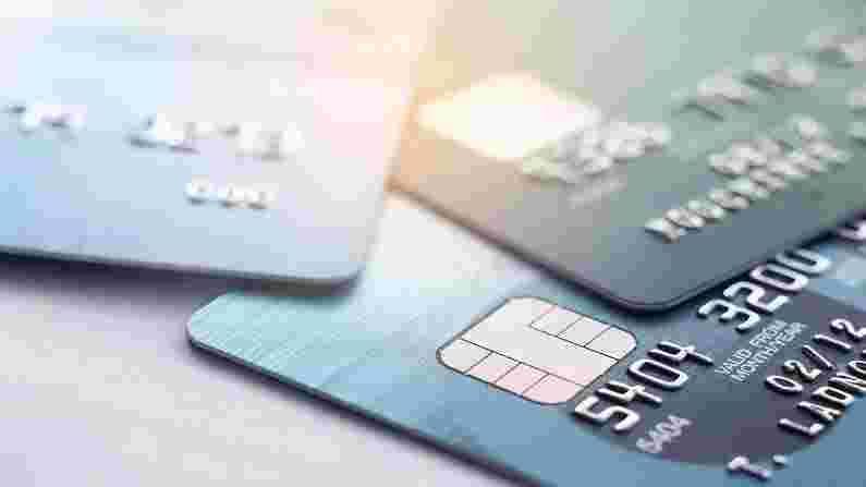 कॉन्टॅक्टलेस कार्ड एनएफसी सिस्टमवर देखील कार्य करते. या कार्डाची खास गोष्ट अशी आहे की पेमेंट देताना ते मशीनजवळ घ्यावे लागते आणि आपल्या खात्यातून पैसे कापले जातात. याद्वारे तुम्ही एकावेळी 5000 रुपयांपर्यंतचे व्यवहार करू शकता. तथापि, यामध्ये आपल्याला कार्ड सोबत ठेवावे लागते, परंतु पिन आवश्यक नसते. आपल्याला फक्त मशीनला कार्ड दाखवावे लागते. परंतु आता आपण फोनद्वारे कार्डचे काम करू शकता.