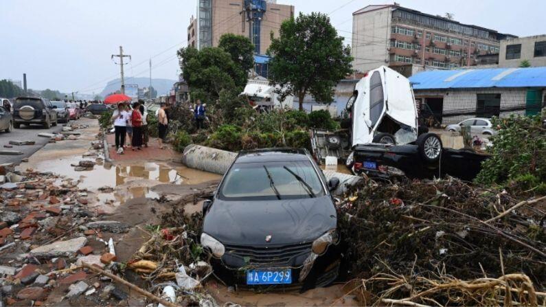 रुग्णालयांमध्ये पाणी घुसलंय, रस्ते खचलेत अनेक जणांचा जीव गेलाय, काही जण बेपत्ता आहेत तर शेकडो बेघर झालेत.