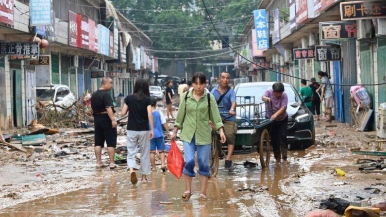चीनमधील मुसळधार पावसाने हेनान प्रांतातील जवळपास 30 लाख लोकांना प्रभावित केलंय. एकूण 3,76,000 स्थानिय लोकांना सुरक्षित ठिकाणी हलवण्यात आलंय (China Slammed by Floods).