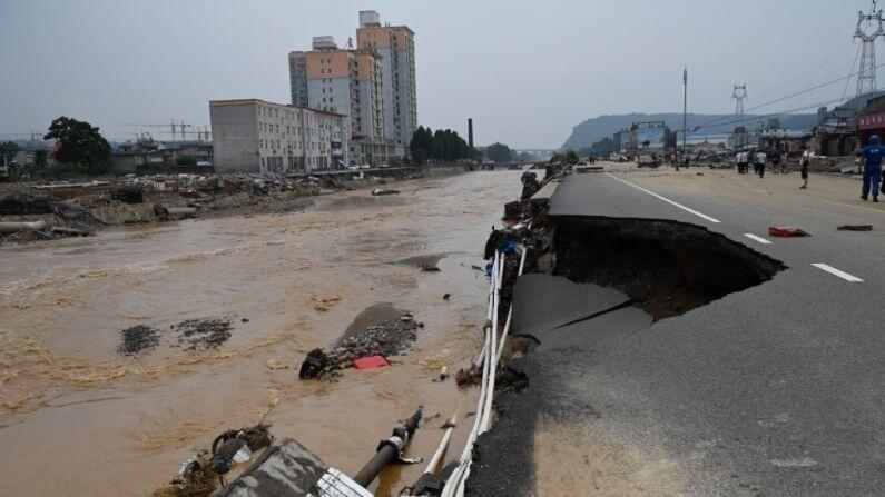 चीनमधील एका रेल्वेस स्टेशनमध्ये पुराचं पाणी घुसल्यानं तिथं 12 लोकांचे मृत्यू झाले आणि 5 जण जखमी झालेत. भिंत पडल्यानं 2 जणांचा यात मृत्यू झालाय (China Floods Latest News).