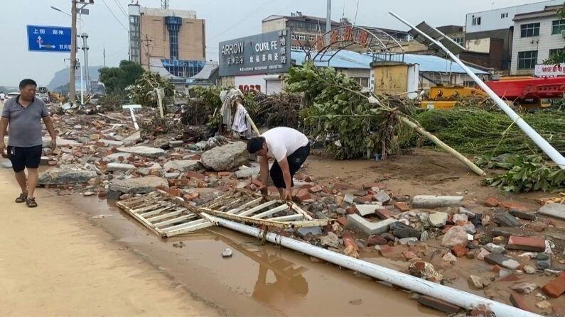 चीनमध्ये पाण्याचा स्तर वाढल्यानंतर एक नादुरुस्त धरण उद्ध्वस्त करण्यात आलं. ते पाणी दुसरीकडे वळवण्यात आलं.