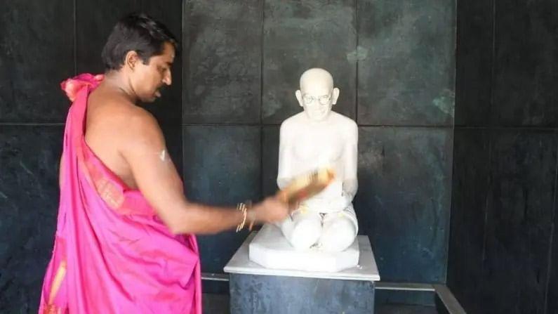 गांधी जयंतीच्या दिवशी या मंदिरात विशेष पूजेचे आयोजन केले जाते. फळं आणि मिठाईबरोबरच गांधीजींच्या पुतळ्यावर ब्लॅक कॉफी अर्पण केली जाते आणि ती प्रसाद म्हणून भाविकांमध्ये वाटली जाते.