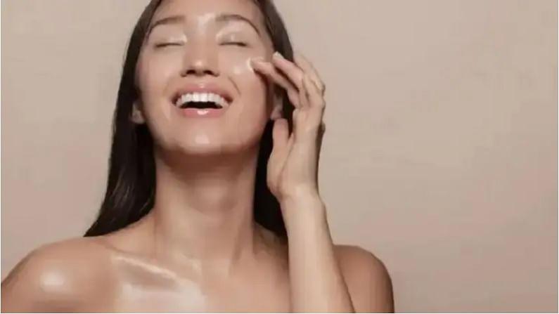 जर तुमची त्वचा कोरडी असेल तर एक चमचाभर नारळ तेल तुमच्यासाठी मॉइश्चरायझर म्हणून काम करते. आपल्याला फक्त रात्री झोपण्याच्या अगोदर नारळाचे तेल आपल्या त्वचेला लावावे लागेल.