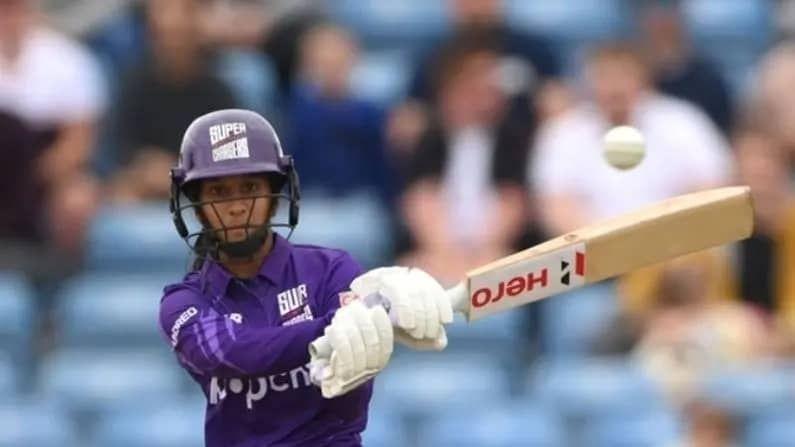 भारतीय महिला फलंदाज जेमिमा रॉड्रिग्सने (Jemimah Rodrigues) इंग्लंडमध्ये सुरु असलेल्या The Hundred या 100 बॉल टूर्नामेंटमध्ये काल (24 जुलै) धमाकेदार खेळी केली. नॉर्दन सुपरचार्जर्स संघाकडून खेळताना जेमिमाने केवळ 43 चेंडूत नाबाद 92 धावा ठोकल्या. तिने 17 चौकारांसह एक षटकारही ठोकला. तिच्या खेळीच्या जोरावरच तिच्या संघाने वेल्स फायर संघावर सहा विकेट्सने विजय मिळवला. वेल्स फायर संघाने 100 चेंडूत आठ विकेट्सच्या बदल्यात 131 धावा केल्या. तर सुपरचार्जर्सने 85 चेंडूत चार विकेट्स गमावत 131 धावांचे लक्ष्य पार करत विजय मिळवला.
