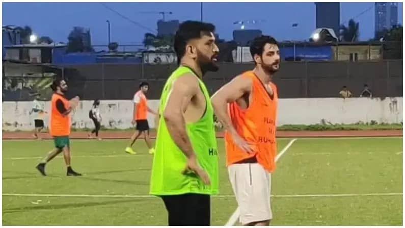 आयपीएल 2021 स्थगित झाल्यानंतर पहिल्यांदाच भारताचा माजी कर्णधार महेंद्रसिंग धोनी आणि श्रेयस अय्यर मैदानावर खेळताना दिसले. पण हे दोघेही मैदनावर क्रिकेट नाही तर फुटबॉल खेळण्यासाठी एकत्र आले होते. मुंबईच्या वांद्रे येथे आयोजित ऑल-स्टार्स फुटबॉलच्या सराव सामन्यासाठी धोनी, अय्यर सह अनेक बॉलीवुड अभिनेतेही होते. ज्यात सुपरस्टार रणवीर सिंगही मैदानात उपस्थित होता.