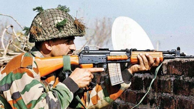 AK-47 रायफल: कारगिल युद्धाच्या वेळी भारतीय सैन्यानं शत्रूच्या सैनिकांशी लढण्यासाठी AK-रायफलचा वापर केला. या शस्त्राच्या माध्यमातून भारतीय सैनिकांना उंच भागात देखील धार बनवण्यात खूप मदत मिळाली.