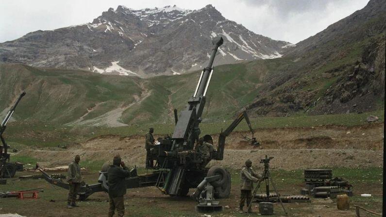 बोफोर्स तोफ: कारगिल युद्धाच्या वेळी भारतानं पाकिस्तानला स्वीडनमध्ये बनवलेल्या बोफोर्स तोफातून गुडघे टेकण्यास भाग पाडलं. पाकिस्तानी सैनिक उंचीवर लपून बसले होते, मात्र या तोफातून हल्ला करून त्यांना ठार करण्यात आलं. याची श्रेणी 42 किमी पर्यंत आहे.