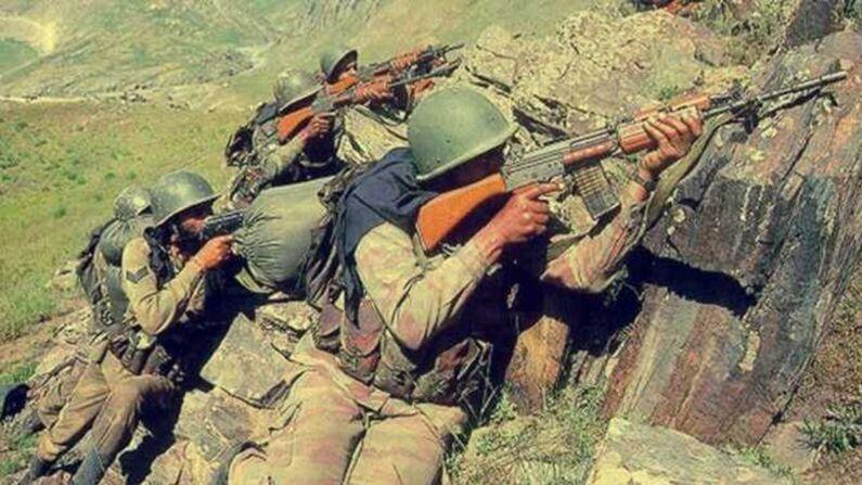 कारगिल युद्धाला 22 वर्षे पूर्ण झाल्यानं देशासाठी आपले प्राण देणाऱ्या सैनिकांना आज भारत आठवत आहे. 22 वर्षांपूर्वी भारतीय सैन्यानं आपला पराक्रम दाखवतना पाकिस्तानी सैन्याला धडा शिकवला होता. अशा परिस्थितीत आपण कोणत्या शस्त्रास्त्रांद्वारे हे युद्ध जिंकले त्याबद्दल जाणून घेऊ.