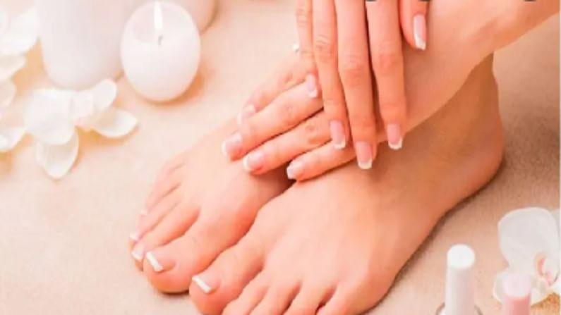 एका भांड्यात एक चमचा बेकिंग सोडा घ्या आणि त्यात एक चमचा ताजे दही मिक्स करा. ही पेस्ट आपल्या पायांना लावा. त्यानंतर थोडा वेळ पायांची मालिश करा. हे त्वचेवर 8-10 मिनिटे ठेवा आणि त्यानंतर पाय थंड पाण्याने धुवा.