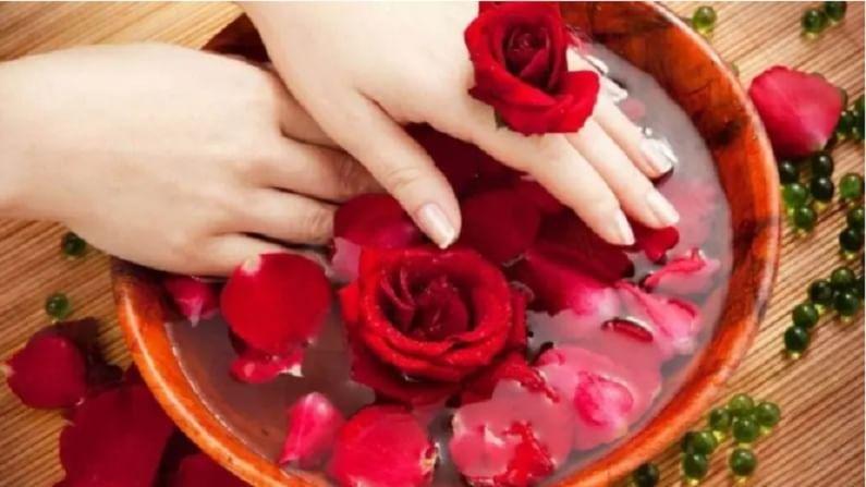 गुलाब पाणी आपल्या त्वचेसाठी अत्यंत फायदेशीर आहे. हे विरोधी दाहक गुणधर्मांकरिता ओळखले जाते. यामुळे त्वचेच्या समस्या दूर होण्यास मदत होते. याशिवाय हे त्वचेचे पीएच पातळी राखण्यासही मदत करते.