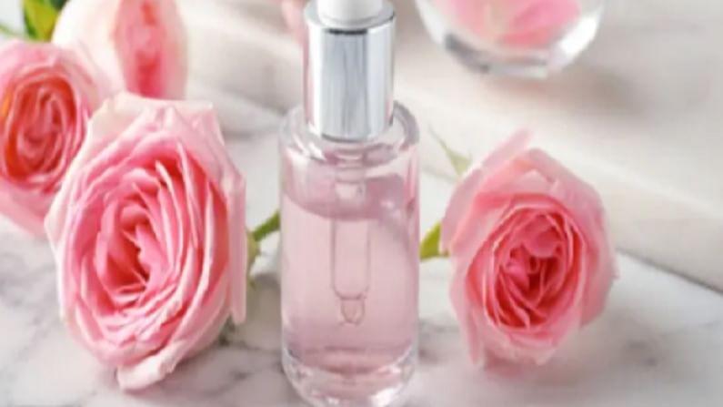 गुलाब पाणी बनवण्यासाठी गुलाबच्या पाकळ्या घ्या. आपल्या घरी फुले असल्यास, त्याच्या पाकळ्या वेगळ्या करा. या पाकळ्य प्रथम कोमट पाण्याने स्वच्छ करा.