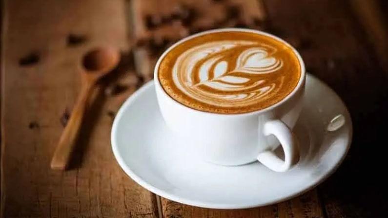 कॉफी आणि अल्कोहोल हे एक चांगले संयोजन आहे, असे आपल्याला वाटेल. ड्रिंक करताना कॉफी प्यायल्यास शरीर डिहायड्रेट होते. त्याच वेळी, हे संयोजन काही लोकांना सतर्क राहण्यास मदत करते. जर तुम्ही जास्त प्रमाणात मद्यपान केले असेल तर मात्र परिस्थिती आणखी बिकट होऊ शकते.