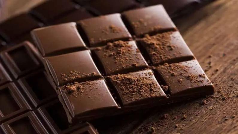 काही लोकांना वाटते की, वाईनसह चॉकलेट खाणे चांगले स्नॅक्स आहे. पण तसे अजिबात नाही. चॉकलेटमुळे पोटात गॅसची समस्या वाढू शकते. याशिवाय अपचन देखील होऊ शकतो.