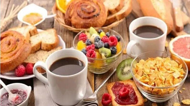 अनेकांना मद्यपान करताना खारट किंवा तळलेल्या चमचमीत गोष्टी खायला आवडतात. या गोष्टी खाल्ल्याने तुमचे शरीर डीहायड्रेट होते. याशिवाय शारीरिक ऊर्जा देखील कमी होते. म्हणून, पेय दरम्यान ग्रील्ड चिकन आणि भाजीपाला युक्त पदार्थ खा.