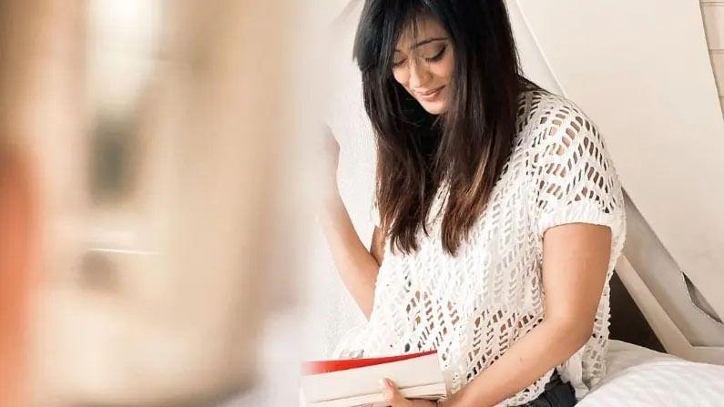 फोटोंमध्ये ती व्हाईट टॉप आणि शॉर्ट्स घातलेली दिसत आहे. तिचे हे फोटो चाहत्यांमध्ये लोकप्रिय झाले आहेत.