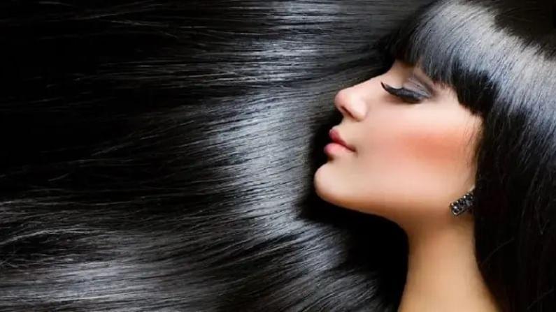 तिळाचे तेल हलके गरम करून, मग या तेलाने हलक्या हाताने तुमच्या स्कॅल्पला मसाज करा. काही वेळ हे तेल केसांमध्ये असंच राहू द्या आणि मग सध्या पाण्याने केस धुवा. यामुळे केसांना आतून पोषण मिळेल.