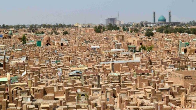 जगभरात मृतदेहांवर वेगवेगळ्या प्रकारे अंत्यसंस्कार केले जातात. त्यातील सर्वाधिक प्रचलित मार्ग म्हणजे मृतदेह दफन करणे. यासाठी ठिकठिकाणी दफनभूमी बनवण्यात आल्यात. मात्र, वादी-ए-सलाम (Wadi al-Salam cemetery) जगातील सर्वात मोठी दफनभूमी आहे.