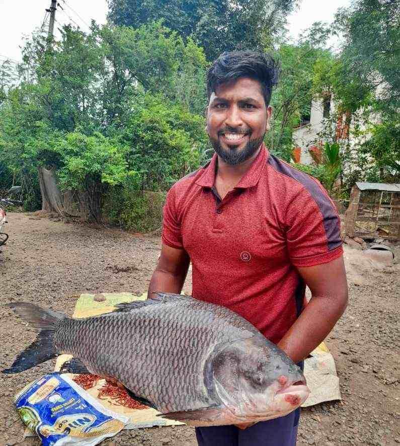 पुणे जिल्ह्यात दौंड तालुक्यातील सोनवडी परिसरात भिमा नदीच्या पात्रात मासे व्यवसाय करणारा किरण नगरे याला तब्बल 20 किलोचा कटला जातीचा मासा सापडला.