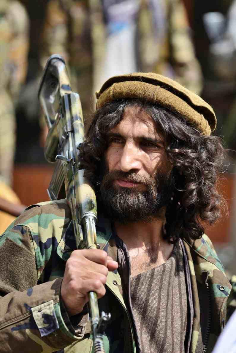 पंजशीर खोरं एकेकाळी शेर अहमद शाह मसूद यांचा गड होता. मात्र, 2001 मध्ये अमेरिकेत अल-कायदाने हल्ला करण्याआधी तालिबान्यांनी शेर अहमद शाह मसूद यांची हत्या केली होती. आता याच शेर अहमद शाह मसूद यांचा मुलगा अहमद मसूदने तालिबान्यांच्या नाकी नऊ आले आहेत.