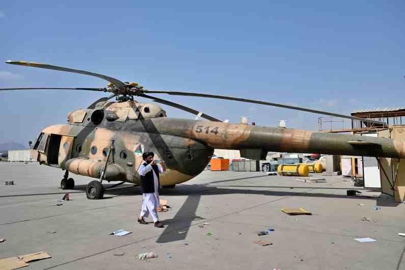 अमेरिकेने 2001 मध्ये अफगाणमधील कट्टरतावाद्यांशी युद्ध करण्यास सुरुवात केली. त्यासाठी प्रचंड पैसा ओतला आणि शस्त्रास्त्रांचा खजाना अफगाणमध्ये निर्माण केला. मात्र, माघारी जाताना हाच शस्त्रास्त्र, विमान, गाड्या, युद्धसामुग्रीचा खजाना आता तालिबानच्या ताब्यात आलाय. बरं यावेळचे तालिबानी अनेक अंगांनी बदलले आहेत.