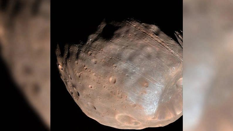 मंगळ ग्रहावर पाणी सापडण्याच्या आशा धुसर झाल्याचं बोललं जातंय. संशोधकांना मोठा झटका बसलाय. मंगळावर (Mars Water Availability) ज्या भागाला पाण्याचे तलाव असल्याचा अंदाज व्यक्त होत होता तो भाग मातीचा असण्याची शक्यता वाढलीय.