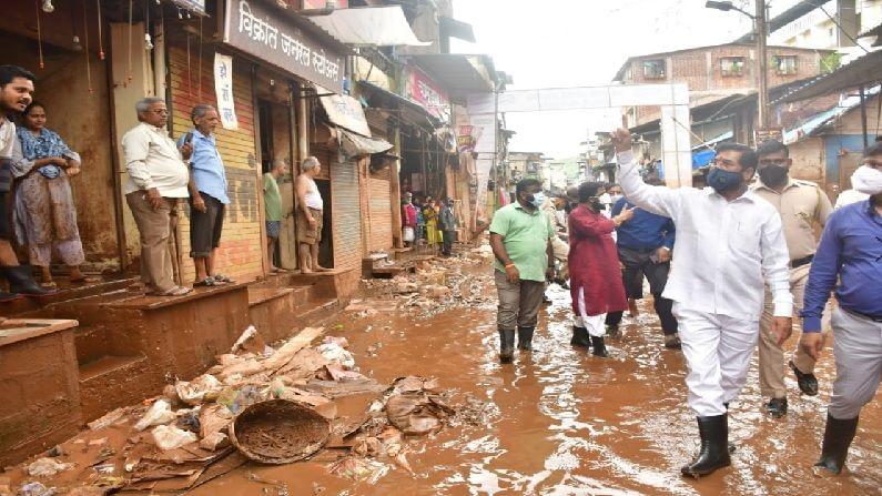महाडमध्ये आलेल्या पुराचा फटका संपूर्ण शहराला बसला. यात घरं, निवासी संकुले, व्यापारी बाजारपेठ सगळ्यांचे अतोनात नुकसान झाले. शहर स्वच्छतेसाठी 2 कोटी रुपयांचा निधी शिंदे यांनी मंजूर केला आहे. तसेच ठाणे, नवी मुंबई, पनवेल या महानगरपालिकांचे 450 कर्मचारी आणि मशिनरी आणून त्यांनी या शहराच्या महास्वच्छता अभियानाला सुरुवात केली आहे. काल दिवसभर महाडमध्ये फिरून स्वतः आघाडीवर राहून स्वच्छतेला सुरुवात केल्यानंतर आज पुन्हा एकदा मैदानात उतरून शिंदे यांनी स्वच्छता अभियानाचा आढावा घेतला.