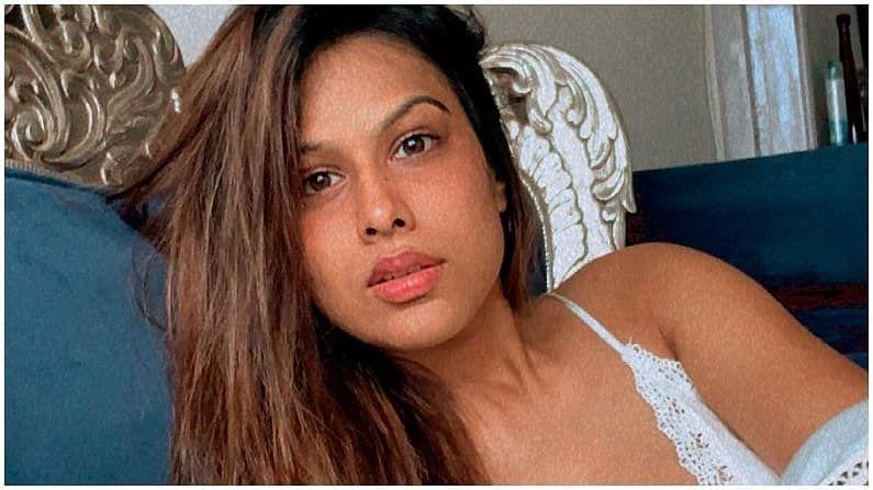 निया शर्मा टीव्हीच्या हॉट आणि बोल्ड अभिनेत्रींपैकी एक आहे. निया सोशल मीडियावर खूप सक्रिय आहे आणि तिचे फोटो आणि व्हिडीओ शेअर करत असते.